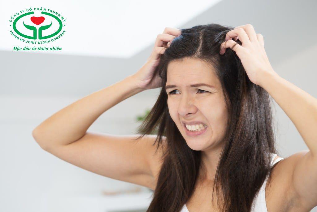Mồ hôi đầu nhiều tạo điều kiện thuận lợi cho nấm phát triển gây ngứa ngáy, khó chịu